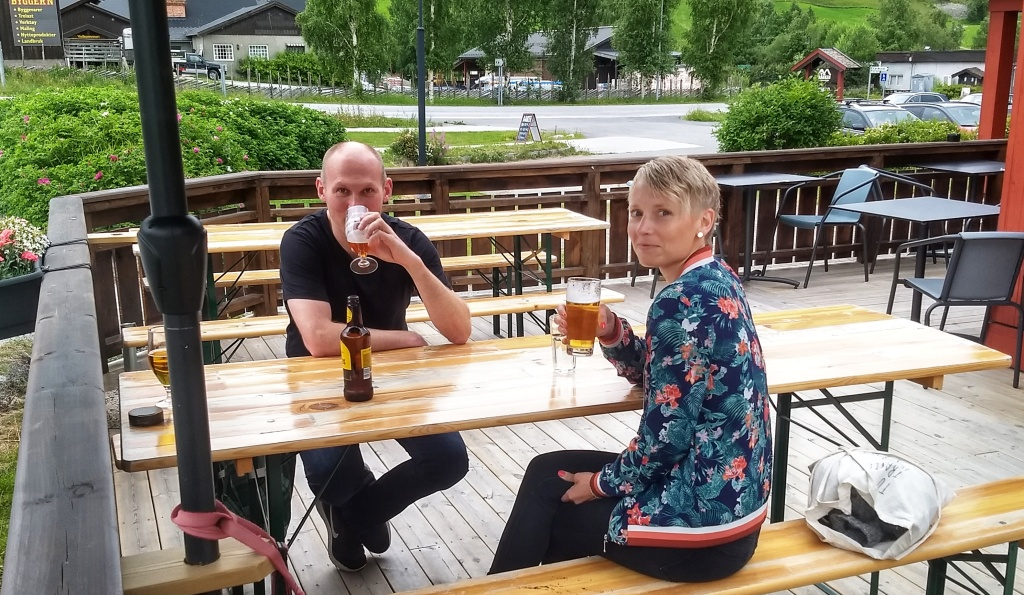 A woman and a man drinking beer outside Banken in Heidal