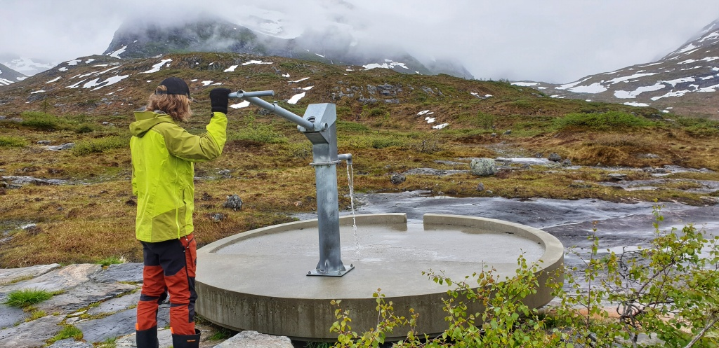 A man in yellow jacket trying the Mirage well on Gaularfjell