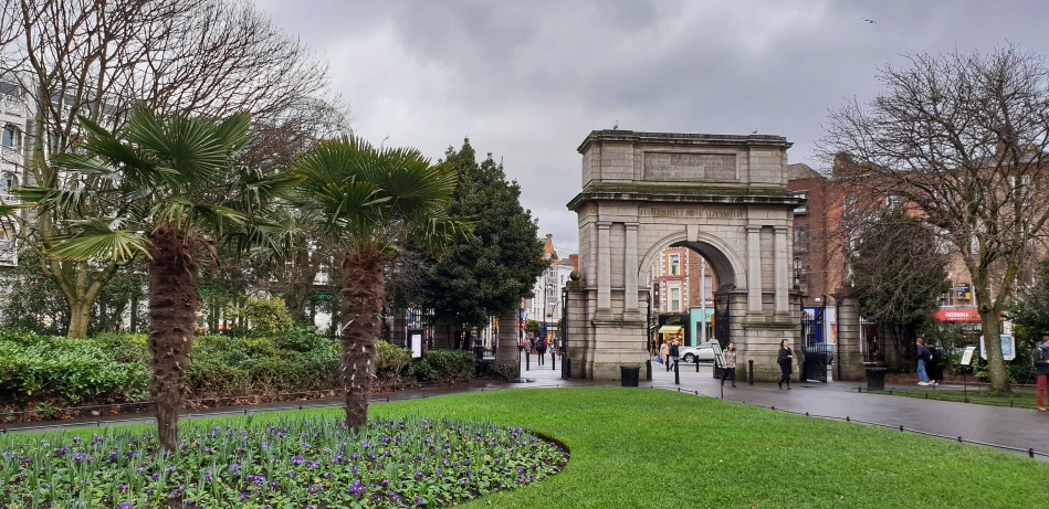 Fuslier's Arch by St. Stephens Green with palm trees and green fields on a gloomy February day